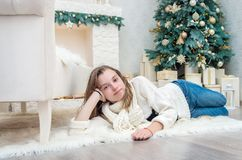 Портрет милого девочка-подростка на Рожденственской ночи Стоковая Фотография