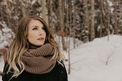Портрет милого милого молодого взрослого женского пальто зимы белокурой модели нося и современного снаружи шарфа моды в зябком Na стоковые изображения rf