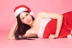 Портрет милой азиатской девушки Санта Клауса рождества кладет на пол стоковое изображение