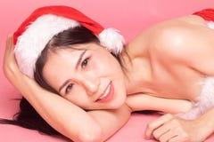 Портрет милой азиатской девушки Санта Клауса рождества кладет на пол стоковая фотография rf