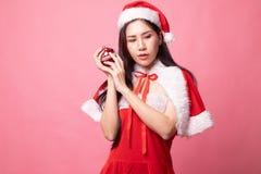 Портрет милой азиатской девушки Санта Клауса рождества стоковое изображение rf