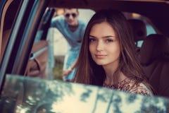 Портрет милой девушки в автомобиле Стоковые Изображения RF