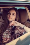 Портрет милой девушки в автомобиле Стоковое Изображение