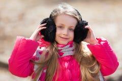 Портрет милой девушки в наушниках меха Стоковое Изображение