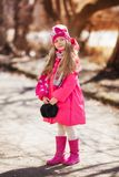 Портрет милой девушки идя вниз с бульвара Стоковые Фото