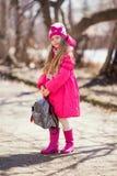 Портрет милой девушки идя вниз с бульвара Стоковое Изображение