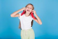 Портрет милой девушки с овощами красного перца свежими стоковая фотография