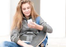 Портрет милой девушки с скейтборд напольным. Стоковые Фото