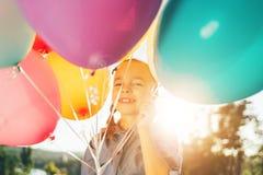Портрет милой девушки усмехаясь показывающ зубы окруженные colorf Стоковое Изображение RF