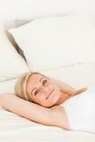 Портрет милой женщины лежа вниз Стоковые Изображения RF