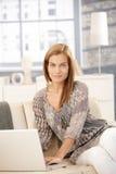 Портрет милой женщины с компьютером Стоковые Фотографии RF