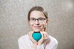 Портрет милой кавказской eyeglasses weared девушкой Стоковая Фотография RF