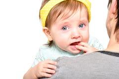 Портрет милой маленькой девочки плача на руках ее отца стоковое фото rf