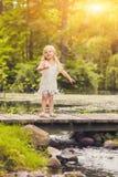 Портрет милой маленькой девочки стоя на деревянном мосте Стоковая Фотография RF