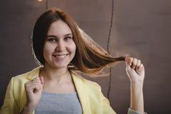Портрет милой молодой женщины имеет остатки в комнате Стоковое фото RF