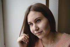 Портрет милой молодой женщины имеет остатки в комнате Стоковая Фотография RF