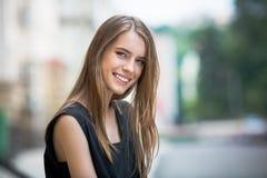 Портрет милой молодой женщины с светя глазами Стоковое Изображение RF