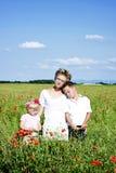 Портрет милой семьи в поле мака стоковая фотография rf