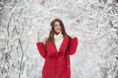 Портрет милой счастливой женщины на открытом воздухе стоковая фотография