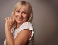 Портрет милый возмужалый усмехаться женщины Стоковые Фото