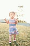 Портрет милого азиатского ребенка играя в парке Стоковое фото RF