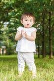 Портрет милого азиатского ребенка хлопая ее руки Стоковое Изображение RF