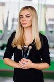 Портрет милого красивого художника mekeup девушки естественного с длинными волосами белокурыми В студии, анти- йога фитнеса силы  Стоковое фото RF