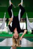 Портрет милого красивого художника mekeup девушки естественного с длинными волосами белокурыми В студии, анти- йога фитнеса силы  Стоковые Фотографии RF