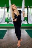 Портрет милого красивого художника mekeup девушки естественного с длинными волосами белокурыми В студии, анти- йога фитнеса силы  Стоковые Фото