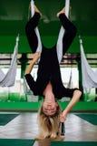 Портрет милого красивого художника mekeup девушки естественного с длинными волосами белокурыми В студии, анти- йога фитнеса силы  Стоковое Изображение