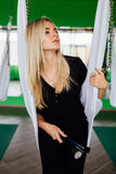 Портрет милого красивого художника mekeup девушки естественного с длинными волосами белокурыми В студии, анти- йога фитнеса силы  Стоковые Изображения RF