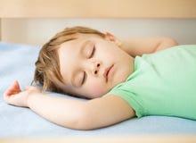 Милый мальчик спит стоковые фотографии rf