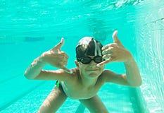 Портрет милого мальчика плавая под водой стоковая фотография rf