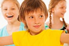 Портрет милого мальчика с 2 девушками на предпосылке Стоковая Фотография