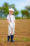 Портрет милого мальчика фермера на поле весны Стоковое Изображение RF