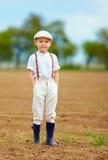 Портрет милого мальчика фермера на поле весны Стоковая Фотография RF