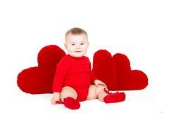 Портрет милого прелестного маленького ангела валентинки при красное мягкое сердце изолированное на белой предпосылке Стоковые Фото