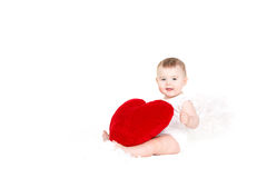 Портрет милого прелестного маленького ангела валентинки при красное мягкое сердце изолированное на белой предпосылке Стоковое Изображение RF