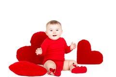 Портрет милого прелестного маленького ангела валентинки при красное мягкое сердце изолированное на белой предпосылке Стоковое фото RF