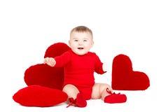 Портрет милого прелестного маленького ангела валентинки при красное мягкое сердце изолированное на белой предпосылке Стоковые Фотографии RF
