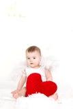 Портрет милого прелестного маленького ангела валентинки при красное мягкое сердце изолированное на белой предпосылке Стоковая Фотография RF