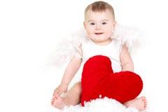 Портрет милого прелестного маленького ангела валентинки при красное мягкое сердце изолированное на белой предпосылке Стоковые Изображения RF