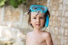 Портрет милого ребенка с снаряжением для подводного плавания на пляже стоковое фото
