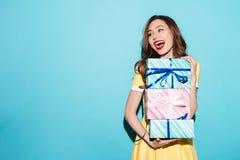 Портрет милого стога удерживания девушки подарочных коробок Стоковое фото RF