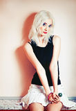 Портрет милой белокурой девушки с конфетой Стоковые Фотографии RF