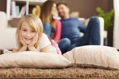 Портрет милой белокурой девушки с родителями Стоковая Фотография