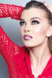 Портрет милой девушки в красном цвете связал куртку Стоковое Изображение RF