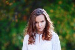 Портрет милой девушки в парке осени красивейший взгляд Стоковые Фото