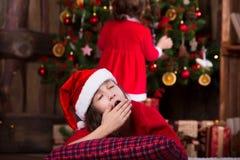 Портрет милой девушки в шляпе Санты упал уснувший Стоковые Фото