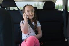 Портрет милой девушки говоря на мобильном телефоне Стоковое Изображение RF